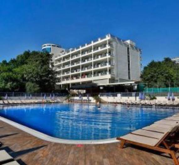 снимка на външния басейн на хотел софия златни пясъци