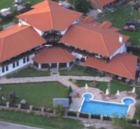Хотел Сватовете Априлци снимка отвън