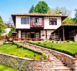 Луксозната къща за гости се намира в Стара планина на 12 км от Габрово в Архитектурно-Историческия Резерват - село Боженци, в идеален център на селото, до самият мегдан и е удобно място за настаняване