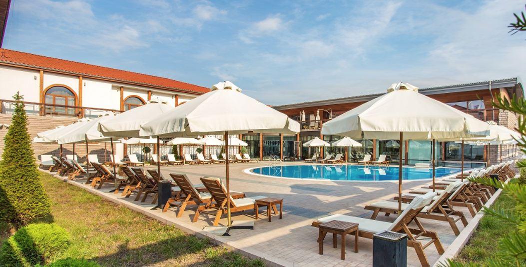 външен басейн на хотел Каменград в Панагюрище
