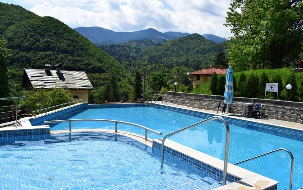 външен минерален басейн на хотел Констанция в Костенец